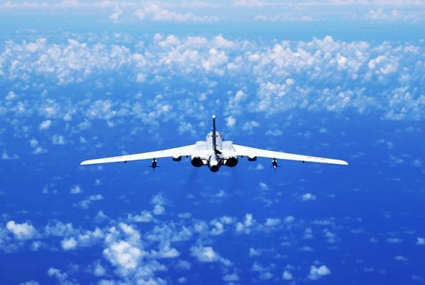 �VӖ��_空军轰-6轰炸机从海上飞行(中国军方拍摄)