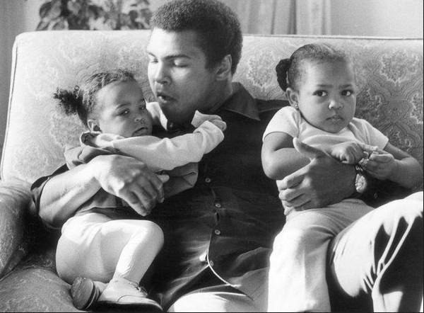 阿里从非洲返回芝加哥后,与大他一岁的黑人女孩桑吉·罗伊相识.