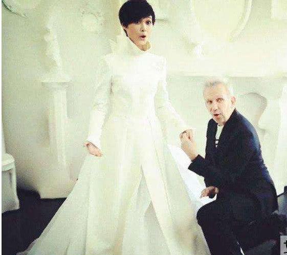 新婚人妻被老头�yin_李宇春悄悄和外国老头结婚?父亲竟这样回应!