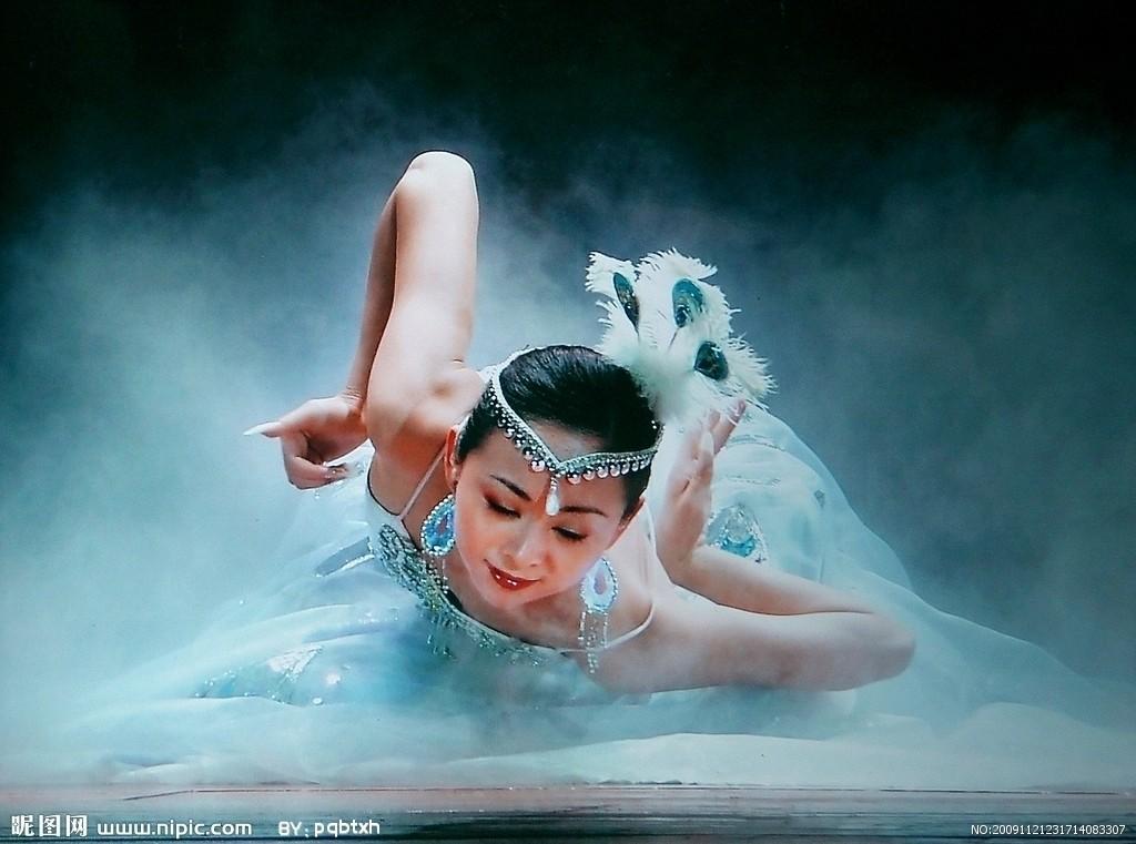 孔雀舞摄影图_绚丽舞台曼妙
