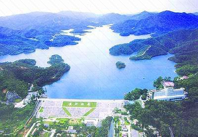 區長江水庫風景區,距石岐城區9公里,沿新建的長江公園路需10分鐘車程.